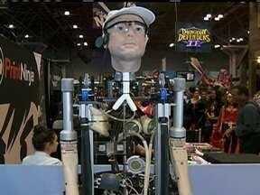 Cientista britânico cria homem biônico de US$ 1 milhão - O robô foi construído com a tecnologia mais avançada que existe em membros e órgãos artificiais. Cada parte do corpo foi criada em laboratório e pode ajudar uma pessoa a enxergar, a andar e a sobreviver.