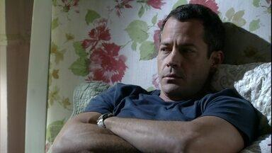 Bruno teme que Paulinha deixe de gostar dele - Ele questiona Paloma sobre os sentimentos da menina por Ninho. A pediatra consola o marido