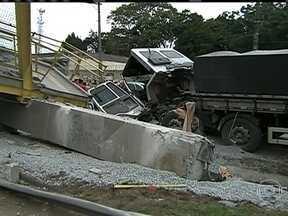 Queda de passarela interdita a Rodovia Régis Bittencourt - No Km 274 da Régis Bittencourt, um caminhão provocou um acidente que causou a queda da passarela. Ela já foi colocada no acostamento, mas a rodovia ainda não foi liberada.