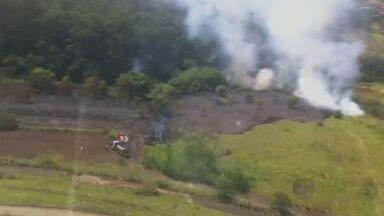 Incêndio destrói pelo menos quatro hectares de mata em Rio das Pedras - As chamas atingiram a mata que pertence ao Instituto Brasileiro do Futuro Empresário, onde funciona uma faculdade. O fogo foi controlado pelos bombeiros de Piracicaba.