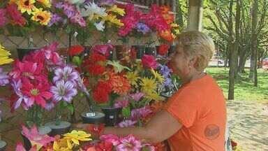 Vendedores de flores estimam aumento nas vendas no Feriado de Finados - Os vendedores de flores artificiais esperam registrar aumento nas vendas, assim como os fabricantes de velas. No caso das flores naturais, o consumidor pode economizar até 30%.