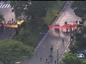 Protesto fecha a entrada da USP - Manifestantes estão na porta da Universidade de São Paulo, impedindo a entrada.