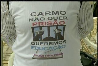 Moradores de Carmo, Região Serrana do Rio, fazem ato público - Eles recolheram assinaturas que são contra a construção de uma casa de custódia.Abaixo-assinado foi entregue à câmara de vereadores do município.