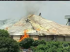 Bombeiros tentam conter os focos de incêndio em barracão de açúcar em SP - As chamas tomaram conta da esteira de carregamento do Porto Seco. O telhado do galpão não resistiu as altas temperaturas e caiu.