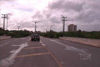 Imagens de cinegrafista amador mostram suspeitos em matagal no Jaracati, em São Luís - Ocorrência de assaltos é frequente na região, diz população