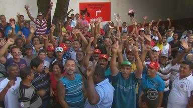 Trabalhadores da construção civil cruzam os braços por tempo indeterminado - De acordo com sindicato, 90% da categoria aderiu ao movimento em todo o estado.