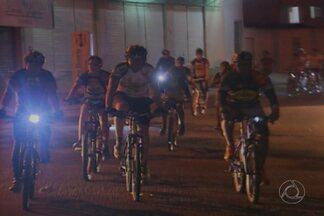 Grupo de moradores de CG estão aproveitando as noites para pedalar - Veja alguns cuidados que é preciso ter para pedalar com segurança.