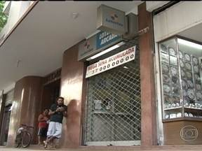 Bandidos tentam assaltar uma casa lotérica no Centro - Os bandidos jogaram uma granada contra os PMs que tentaram impedir que a lotérica fosse assaltada. Houve perseguição e um PM e uma cobradora de ônibus ficaram feridos.