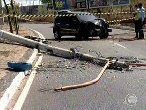 Um homem perdeu o controle do veículo e bateu em um dos postes na Avenida dos Ipês - Um homem perdeu o controle do veículo e bateu em um dos postes na Avenida dos Ipês