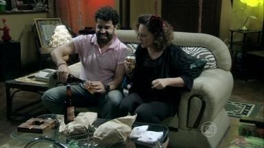 Rinaldo oferece seu apoio a Márcia - Ele leva comida e cerveja para a casa da ex-chacrete. Valdirene pega dinheiro na carteira de Ignácio enquanto ele está dormindo