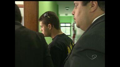 Suspeito de participar de racha em Guarapari depõe no ES - Vídeo mostra momento do acidente em Guarapari.Rapaz foi à delegacia ao lado de advogado e não se pronunciou.