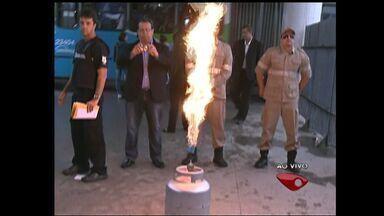 Bombeiros do ES explicam como manusear a corretamente a botija de gás - Ação acontece no Terminal de Laranjeiras, na Serra.