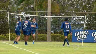 Jogadores do Cruzeiro treinam para enfrentar o Santos - Lucas Silva, formado na base do clube mineiro, tenta segurar a expectativa na busca pelo título do Brasileirão.