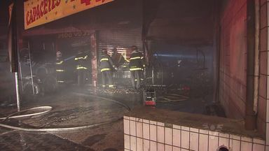 Incêndio destrói parte de uma loja de motos em São Vicente - Um curto circuito pode ter sido a causa do fogo