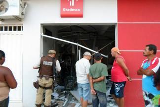 Homens armados invadem agências em Caldeirão Grande e explodem caixas eletrônicos - Segundo moradores, os homens dispararam tiros e deixaram as pessoas em pânico na cidade, mas não houve feridos.