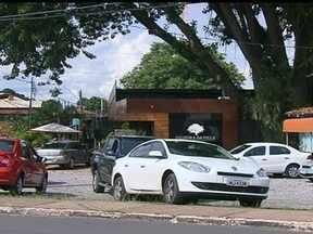 Bandidos assaltam clientes e funcionários de restaurante na Vila Planalto - O presidente nacional do PT, Rui Falcão, e Francisco Rodrigues, militantes do partido, estavam saindo do restaurante foram rendidos por dois homens armados. Eles foram obrigados a deitar no chão e tiveram que entregar todos os pertences.