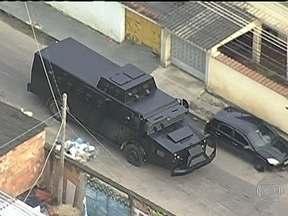 Policiais procuram bandidos que tentaram libertar comparsa em fórum do Rio - Nesta sexta-feira (1) a polícia declarou que a ordem para libertar os presos que prestavam depoimento partiu de dentro de uma penitenciária de segurança máxima. Duas pessoas morreram.