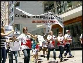 Petropolitanos protestam contra abertura de lojas aos domingos - Manifestantes levantam a bandeira do domingo para o descanso em família.Funcionários, patrões e sindicatos se reúnem nesta segunda (4).