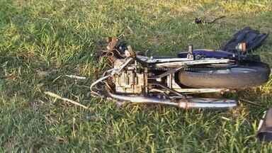 Colisão entre carro e moto deixa dois mortos e 3 feridos na pista em Rincão - Colisão entre carro e moto deixa dois mortos e 3 feridos na pista em Rincão.
