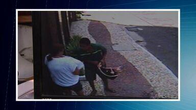 Imagens mostram ladrões roubando bolsas de mulheres nas ruas de Fortaleza - Polícia procura a quadrilha.