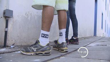 Adolescentes assaltam taxista, batem carro e são presos em São José dos Campos (SP) - Motorista suspeitou da atitude do jovem e conseguiu avisar colega por SMS. Polícia Militar foi acionada e prendeu os adolescentes em flagrante.