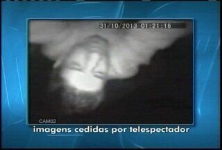 Telepectador envia imagens que mostram a câmera de segurança sendo roubada - Vídeo mostra dois homens agindo durante o furto.