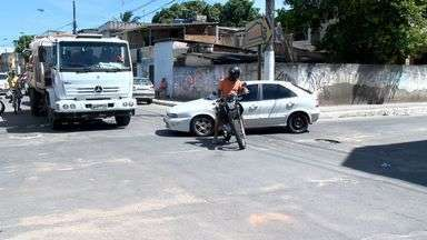 Moradores do bairro Soteco, em Vila Velha, no ES, reclamam da insegurança do trânsito - Os moradores de Soteco, em Vila Velha não aguentam mais tantos acidentes em um cruzamento do bairro. Eles querem faixas de pedestre, placas e um semáforo.
