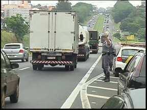 Carro é fechado, roda na pista e capota outro veículo em Rio Preto, SP - Um acidente deixou o trânsito lento no início da manhã desta quarta-feira (6), na Rodovia Washington Luis, em São José do Rio Preto (SP), no sentido Capital - Interior.