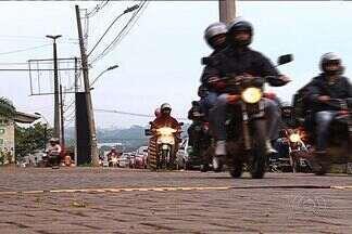 Motociclistas e motorista invadem calçada por conta de obras em Goiânia - Por causa das obras do viaduto da GO-070, na saída para Inhumas, ruas ficam congestionadas e condutores usam local de passagem dos pedestres para trafegar.