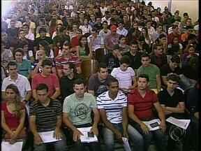 Futuros policiais militares se apresentam para treinamento em Maringá - Mais de 2.400 aprovados em concurso foram convocados pela Polícia Militar em todo estado