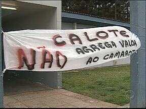 Professores da UEPG fazem protesto - Eles querem chamar a atenção do governo do estado.