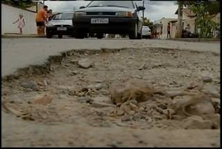 Buracos nas ruas de Montes Claros obrigam motoristas a circularem na contramão - Em algumas ruas a quantidade de buracos é torna o fluxo intransitável.