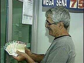 Mega-Sena pode pagar hoje R$ 75 milhões - O prêmio é o maior do ano e tem deixado as casas lotéricas com filas de apostadores.