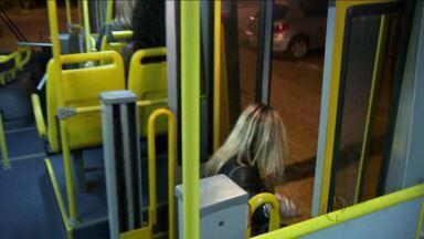 Lei quer parada livre para ônibus depois das 20h - Motoristas de linhas que não dependem de pontos especiais, como estações-tubo, poderão parar em local a pedido do passageiro.