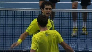 Marcelo Melo estreia com vitória e Bruno Soares perde nas duplas pelo Torneio dos Campeões - Novak Djokovic derrota Roger Federer por 2 a 1.