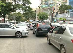 Veículos param irregularmente em frente de escolas de Vitória, no ES - A guarda de trânsito confirmou que não é permitido ficar parado em fila dupla na porta da escola. O motorista pode parar, mas só para o embarque e desembarque.
