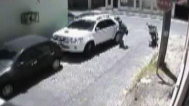 Ladrão rouba carro e fica com as pernas penduradas do lado de fora - Ele usa artefato para facilitar a retirada do vidro.