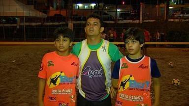Irmãos Guigui e David Perrone criam escolhinha de futevôlei em Manaus - Conhecidos nacionalmente no esporte, os irmãos resolveram passar um pouco do conhecimento para os mais jovens.