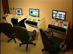 Polícia apreende10 máquinas caça níquel e várias peças de computador em Londrina - Após denúncia anônima, agentes encontraram casa onde deve ser montada a maioria das máquinas da cidade.