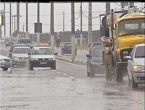 Chuva deixa ruas alagadas em Cabo Frio, Região dos Lagos do Rio - Veículos tiveram dificuldade para trafegar em diferentes pontos da cidade.