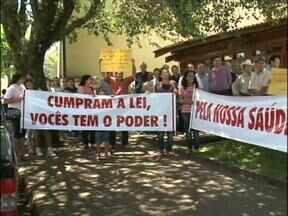 Moradores de sete bairros de Pato Branco protestaram hoje em frente ao IAP - Eles pedem que o Instituto Ambiental do Paraná proíba uma empresa britadora de funcionar.