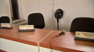Vereadores de Quxeramobim faltam à sessão que votaria afastamento do prefeito do município - Segundo o Ministério Público, o prefeito, o vice-prefeito e oito secretários municipais são suspeitos de improbidade administrativa.