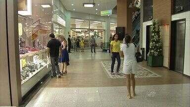 Consumidores de Fortaleza começam a fazer planos para gastar o 13º salário - A expectativa do comércio é de aumento nas vendas com o pagamento da primeira parcela do benefício, em 30 de novembro.