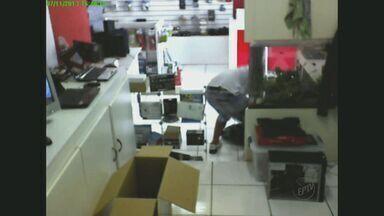 Loja de informática é assaltada próximo a terminal em Campinas - Os criminosos assaltaram na noite de quinta-feira (7) uma loja de informática perto do terminal Ouro Verde. Eles fizeram os funcionários reféns e diversos equipamentos foram levados.