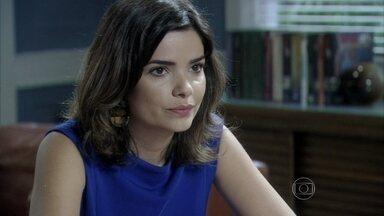 Aline garante a César que conseguirá fotografar Félix - Ela conta que eles frequentam a mesma academia