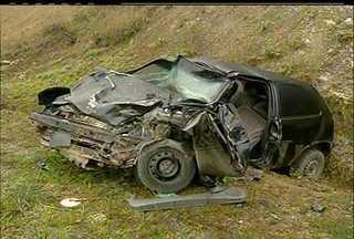 Quatro pessoas ficam feridas em um acidente na RJ-142, em Friburgo, RJ - Acidente envolveu um carro de passeio e uma caminhonete.Feridos foram levados para o Hospital Municipal Raul Sertã.