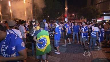 Torcedores do Cruzeiro comemoram vitória do time no Centro de Belo Horizonte - Mesmo com a vitória sobre o Grêmio, o Cruzeiro ainda não conquistou o título. Mas para o torcedor, a taça já está garantida.