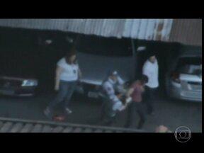 Morador grava da sacada do prédio a ação da polícia na hora de prender um bandido - Perseguição policial terminou em um estacionamento em Santa Cecília. Os policiais dispararam 19 balas para pegar o ladrão e atingiram cinco carros.