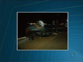 Motorista perde o controle da direção e cai com carro dentro de Rio em Pitanga - O acidente foi na noite deste domingo na PR-466. De acordo com a polícia rodoviária, três pessoas estavam no carro e sofreram ferimentos leves.