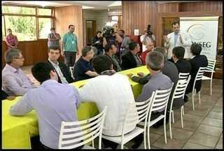 Autoridades discutem mobilidade urbana em Nova Friburgo, RJ - Nova Friburgo tem cerca de 525 veículos para cada mil habitantes.Senador Lindbergh Farias (PT) participou da reunião.